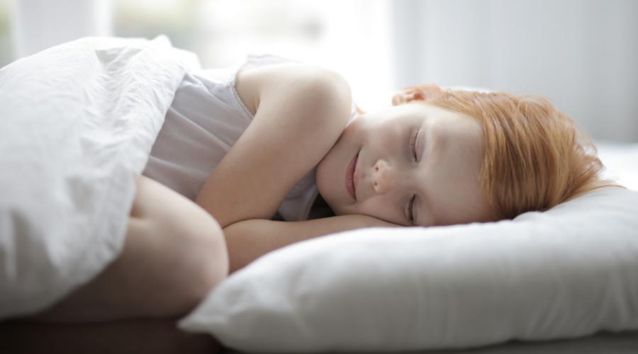 Petite fille qui dort paisiblement